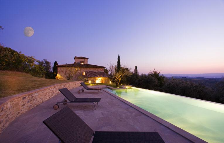 Nuotare nelle fresche acque della piscina con vista sulla valle  Primavera vi invita a visitare Casa Lucardo 66967