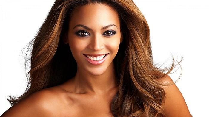 Tendenze di Moda: Beyonce mostra nuova felpa Queen B cover2