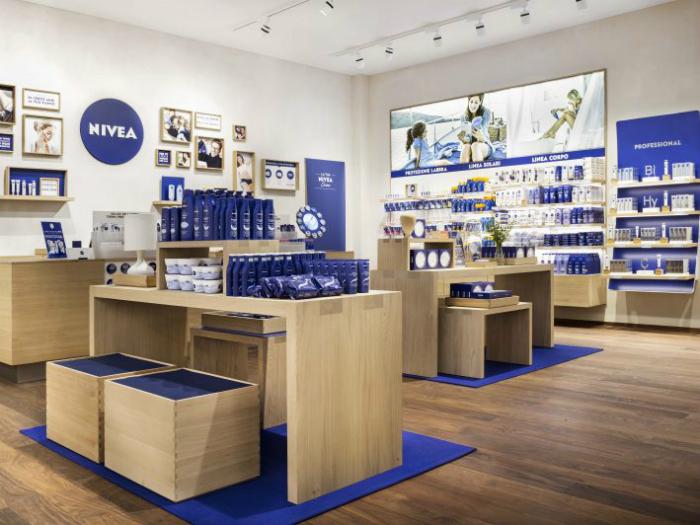 matteo-thun-partners-progetta-primo-negozio-nivea-contemporaneo NIVEA Matteo Thun & Partners Progetta Il Primo Negozio NIVEA matteo thun partners progetta primo negozio nivea design negozio