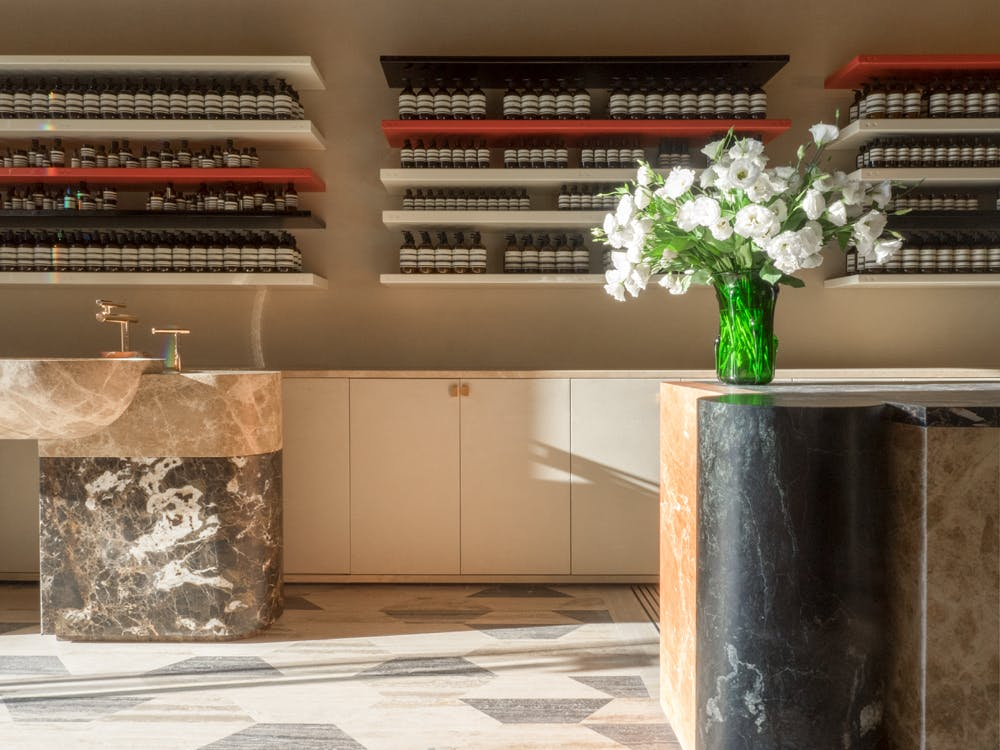 Luca Guadagnino: il Regista dell'Interior Design luca guadagnino Luca Guadagnino: il Regista dell'Interior Design e2b59b630eaef3f7073a0d09572d6663209f45e2 aesop store roma luca guadagnino living corriere 07